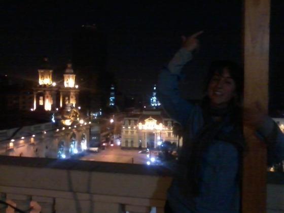 Vista de la Plaza de Armas de Santiago desde el Hostal. En la foto mi amiga Débora, que conocí ahi ;)