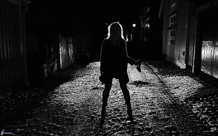 silueta-de-mujer-callejon-oscuro-noche-205729-1